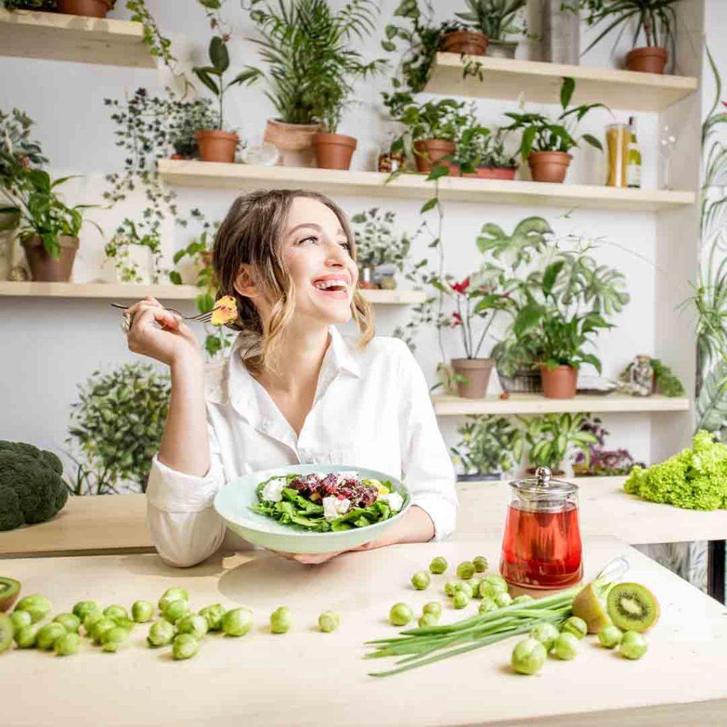 Žena jede salatu.