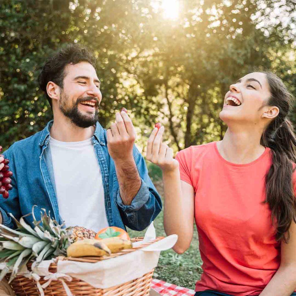 Dvoje ljudi jede voće
