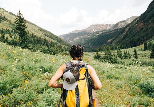 žena kreće u planine